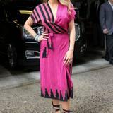 """Nächster Auftritt, nächstes Kleid: Zu der """"Live with Kelly an Michael""""-Show kommt Blake Lively in einem pinken Kleid von Kristinit (ca. 270€)."""