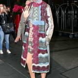 Auch in dem Valentino-Patchwork-Dress macht Blake Lively eine gute Figur.