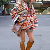 """Zu ihrem bunt gemusterten Mantel von """"Lindsey Thornburg"""" im Ethno-Look benötigt Blake Lively keine weiteren auffälligen Accessoires, um ein wunderschönes Herbst-Outfit zu kreieren."""