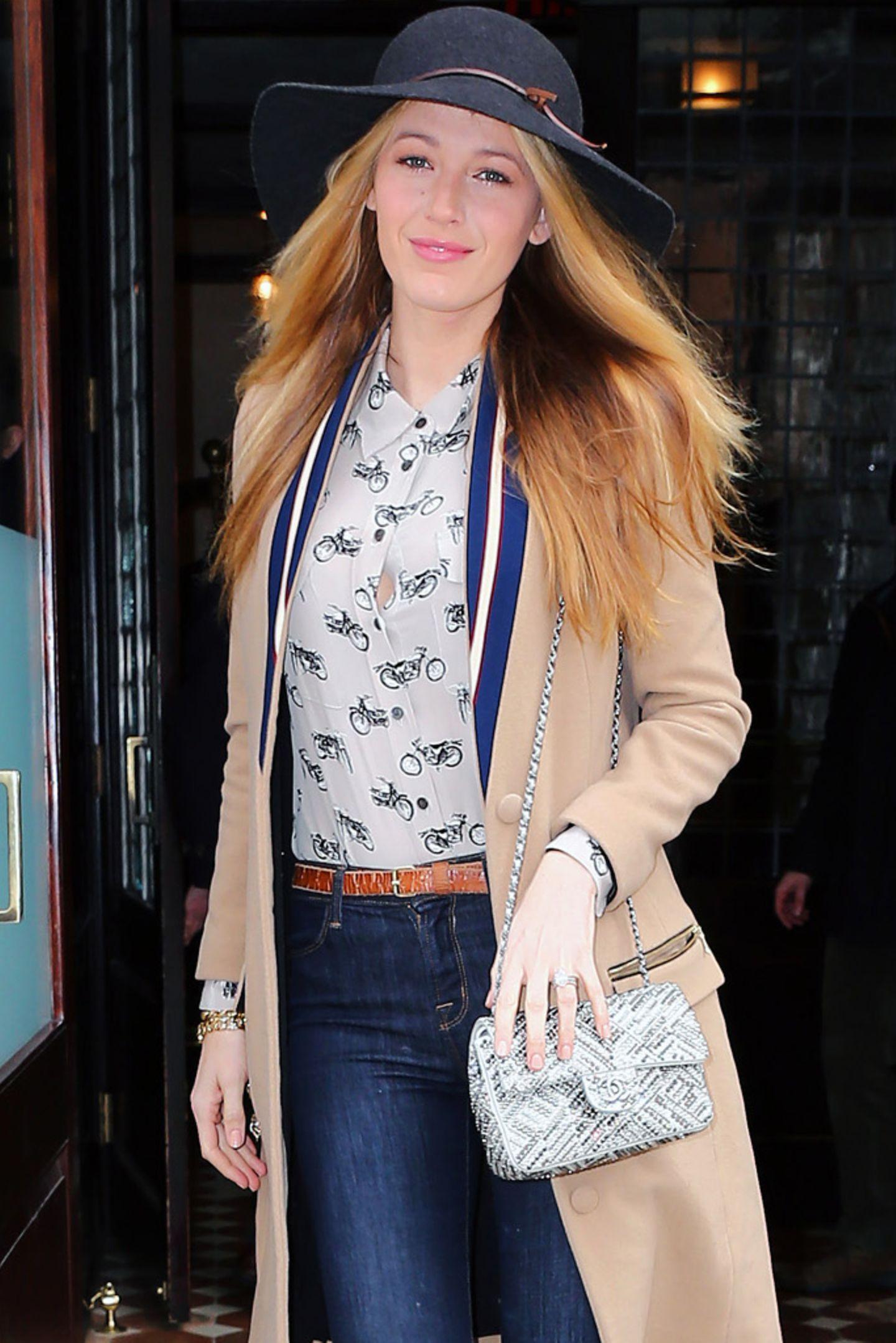 """Blake Lively liebt Mode und ganz besonders die teuren Stücke: Mit einer bestickten """"Chanel 2.55""""-Tasche (dieses Modell dürfte nicht unter 5.000 Euro zu haben sein) und einem Mantel (Modell MAX) des französischen Labels Valentine Gauthier für 445 Euro, verlässt sie ihr Hotel in New York."""