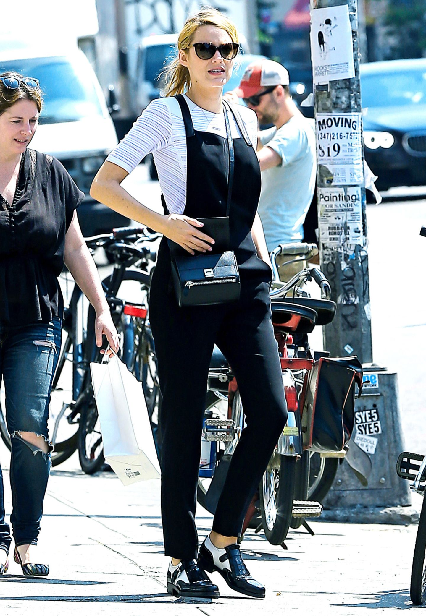 Blake Lively zeigt sich beim Spaziergang in New York mit Latzhose und Streifenshirt von ihrer schwarz-weißen Seite.