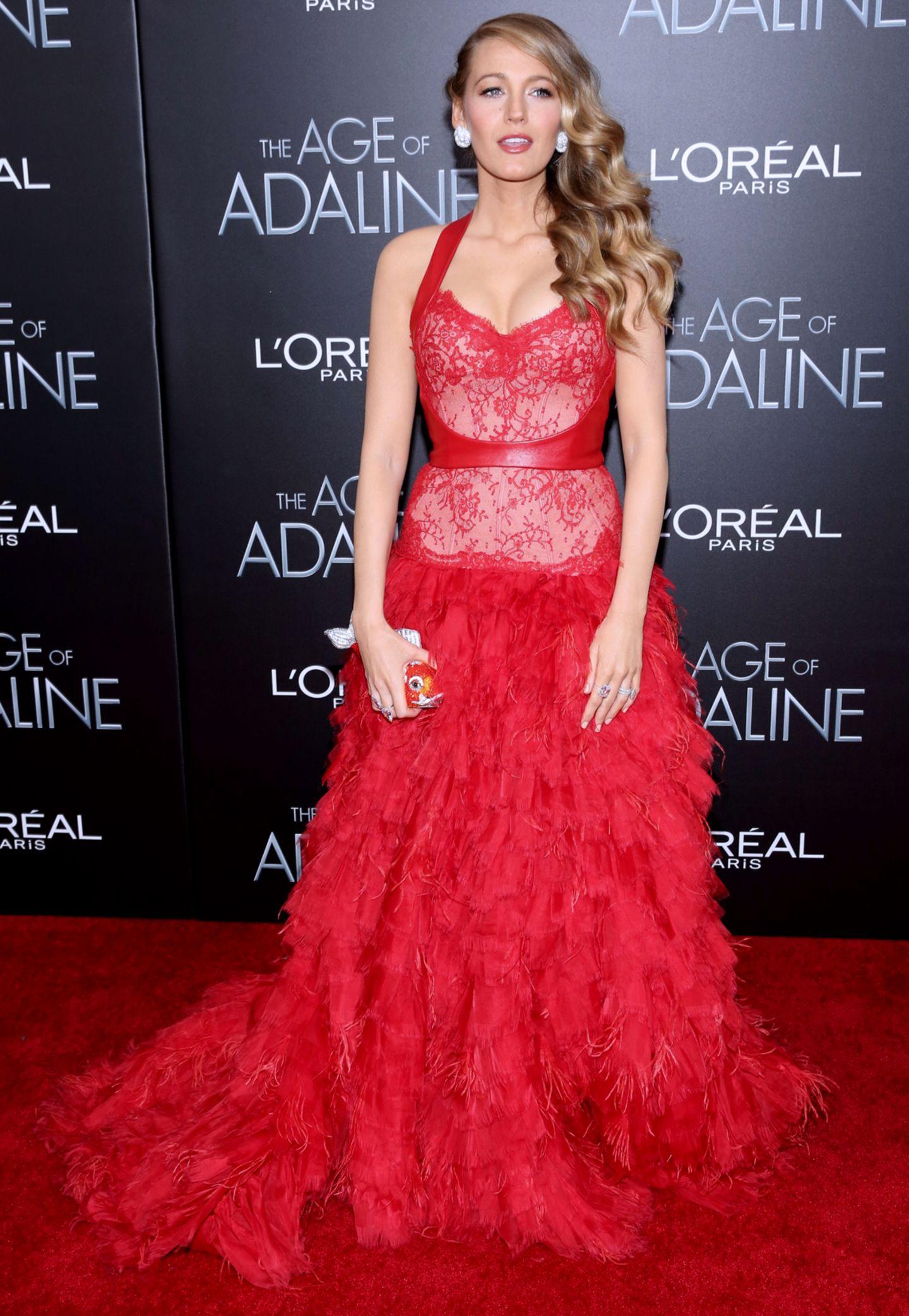"""Zur """"The Age of Adaline""""-Premiere in New York (19. April) kommt Blake in einer roten wallenden Monique Lhuillier-Robe."""