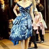 Beim Verlassen ihres Hotels macht Blake im blau-weißen Zuhair Murad- Kleid auf sich aufmerksam.