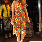 Ihr florales Kleid von Lindsey Thornburg hat Blake mit schönem Schmuck und türkisen Pumps abgestimmt.