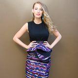 """Mal wieder perfekt gestylt zeigt sich Blake Lively bei einer Pressekonferenz für ihren neuen Film """"Age of Adaline"""". Den farbenfrohen Bleistiftrock von Roksanda kombiniert sie mit dezentem Top und farblich passenden High-Heels."""