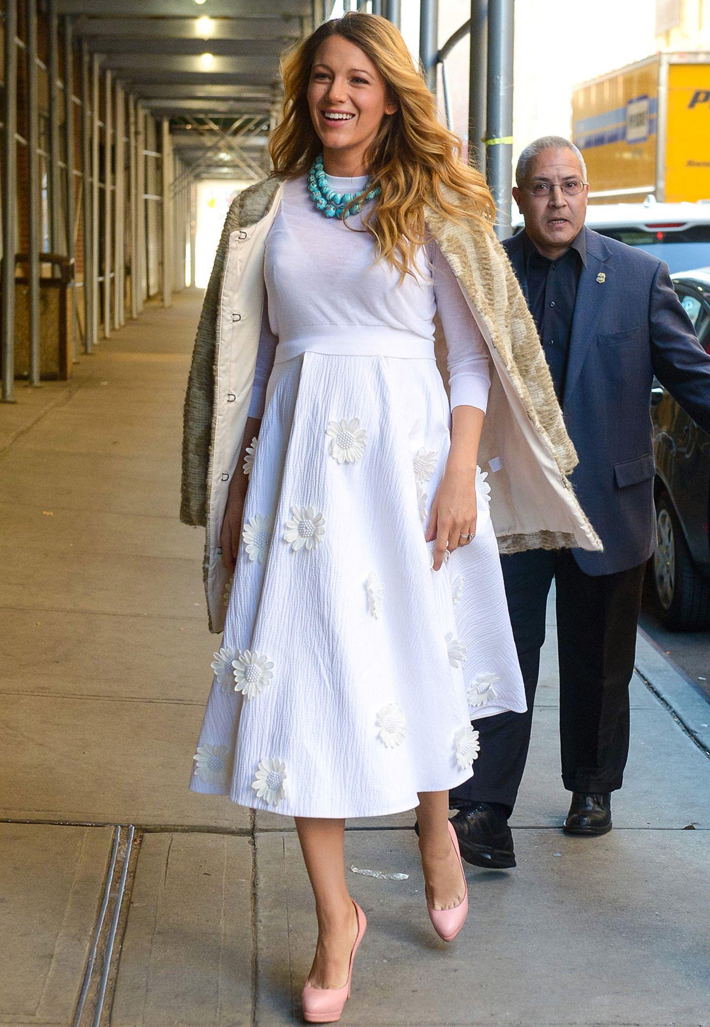 Richtig verträumt im weißen Michael-Kors-Kleid mit Blumen-Applikationen besucht Blake Lively die Moderatotin und Fernsehköchin Martha Stewart in New York.