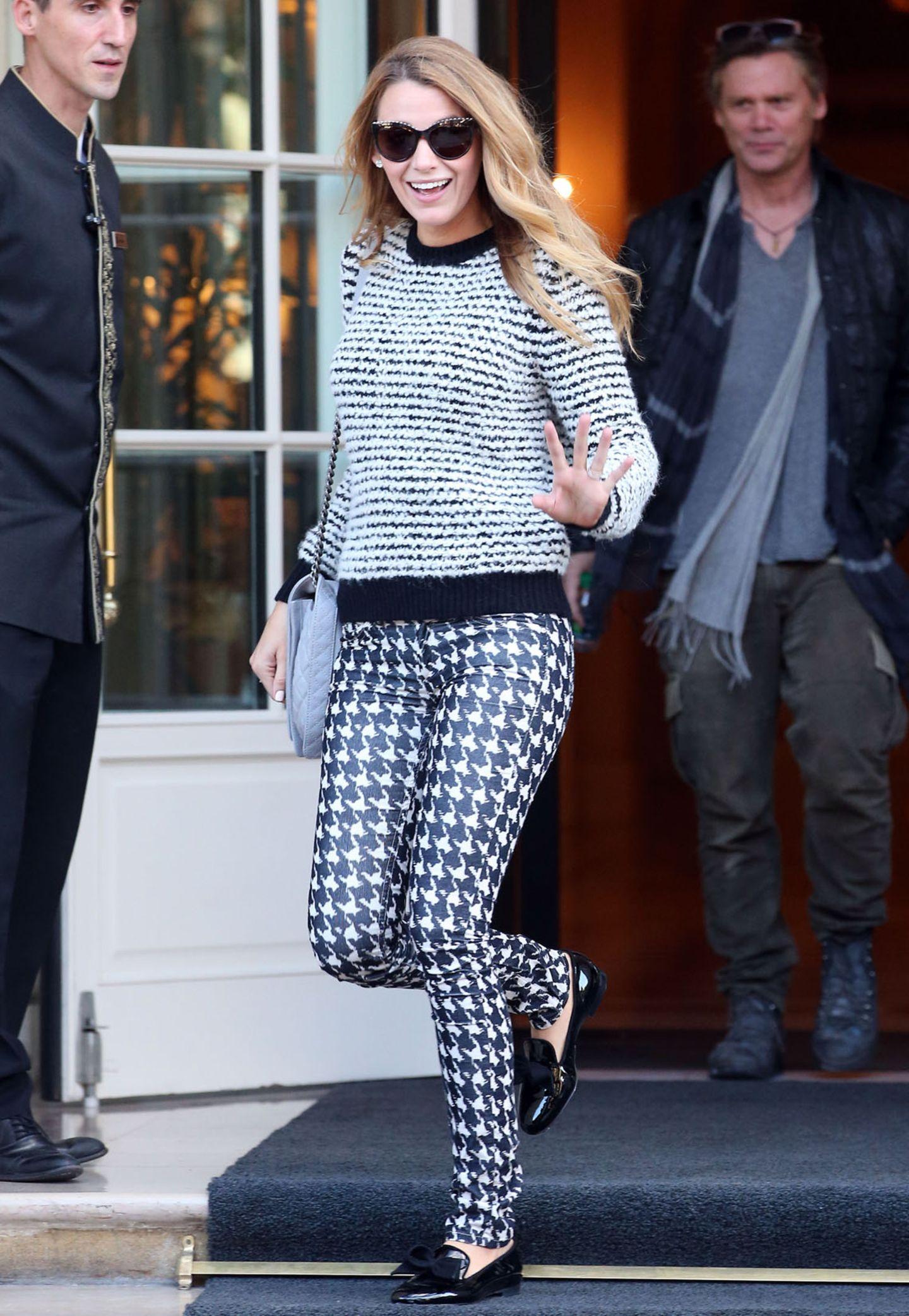 Pariser Chic: Blake Lively mixt den gestreiften Wollpullover von Étoile Isabel Marant mit Hahnentrittmuster-Hose und flachen Lackschuhen von Christian Louboutin.