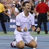 Der Serbe Novak Djokovic geht nach seinem Finalsieg in die Knie.