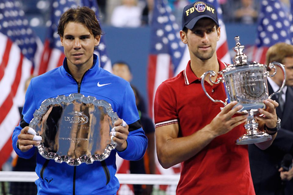 Auch der Zweitplatzierte Rafael Nadal freut sich über seine Trophäe.