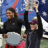 Die Australierin Samatha Stosur gewinnt das Finale der US Open über Serena Williams, die sich auch über ihre Trophäe freut.