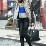 Sie weiß genau, wie man Materialien kombiniert: Olivia Palermo mixt gekonnt Strick, Fell und Leder. Der Gang auf XL-Heels ist fü
