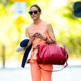 Das Schößchen am Oberteil des apricotfarbenen Hosenanzugs von Olivia Palermo ist der Clou. Die Stil-Ikone kombiniert munter weitere Farben dazu und lässt damit den Sommer herein.