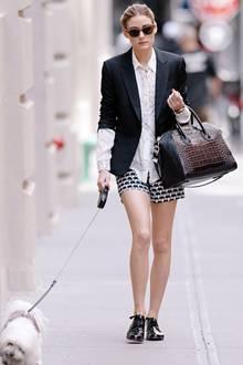 """Klassisches Jackett und Lacklederschuhe zu Shorts mit Elefanten-Print: Bei diesem Boyfriend-Look zeigt sich wieder Olivia Palermos modisches Kombinationstalent. Und ihr maltesischer Terrier """"Mr. Butler"""" freut sich, dass er in New York mit ihr Gassi gehen kann."""