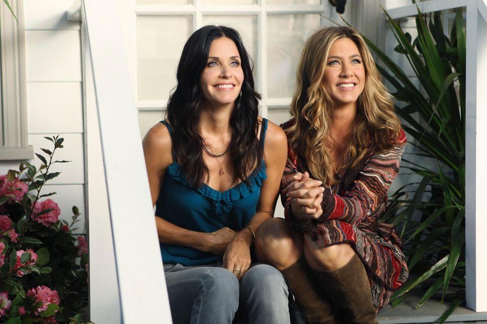 """Jennifer Aniston hilft 2010 ihrer Freundin Courteney Cox am Set von """"Cougar Town"""" aus."""