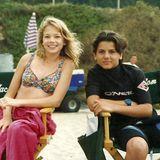 """1993 spielt die 13 Jahre alte Michelle Williams eine Gastrolle in """"Baywatch"""". In einer Drehpause lächelt sie mit ihrem gleichaltrigen Co-Star Jeremy Jackson in eine Fotokamera. Laut Jeremy Jackson sollen die beiden zu Zeiten von Baywatch auch ein Paar gewesen sein."""