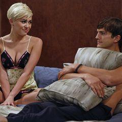"""Miley Cyrus bei ihrem Gastauftritt in """"Two And A Half Men"""": Als """"Missy"""", die Tochter einer Freundin, in der Stadt ist, fühlt """"Walden"""" (Ashton Kutcher) sich plötzlich gar nicht mehr so jung."""
