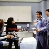"""George Clooney und Noah Wyle vom """"Emergency Room"""" besuchen 1995 die """"Friends"""" Jennifer Aniston und Courteney Cox."""