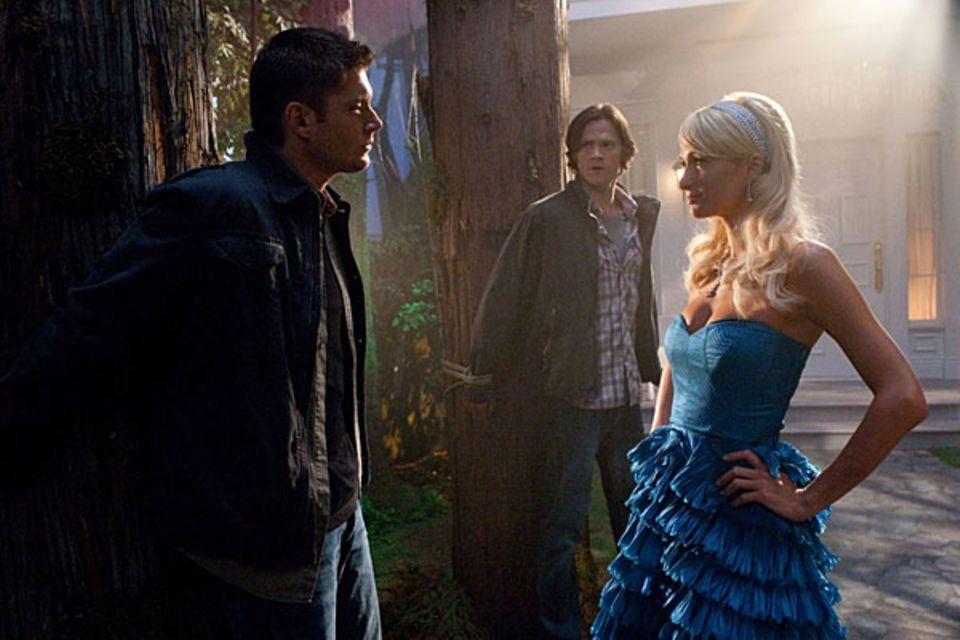 """Jensen Ackles und Jared Padalecki trauen der dämonisch angehauchten Paris Hilton 2009 in der Serie """"Supernatural"""" nicht über den"""