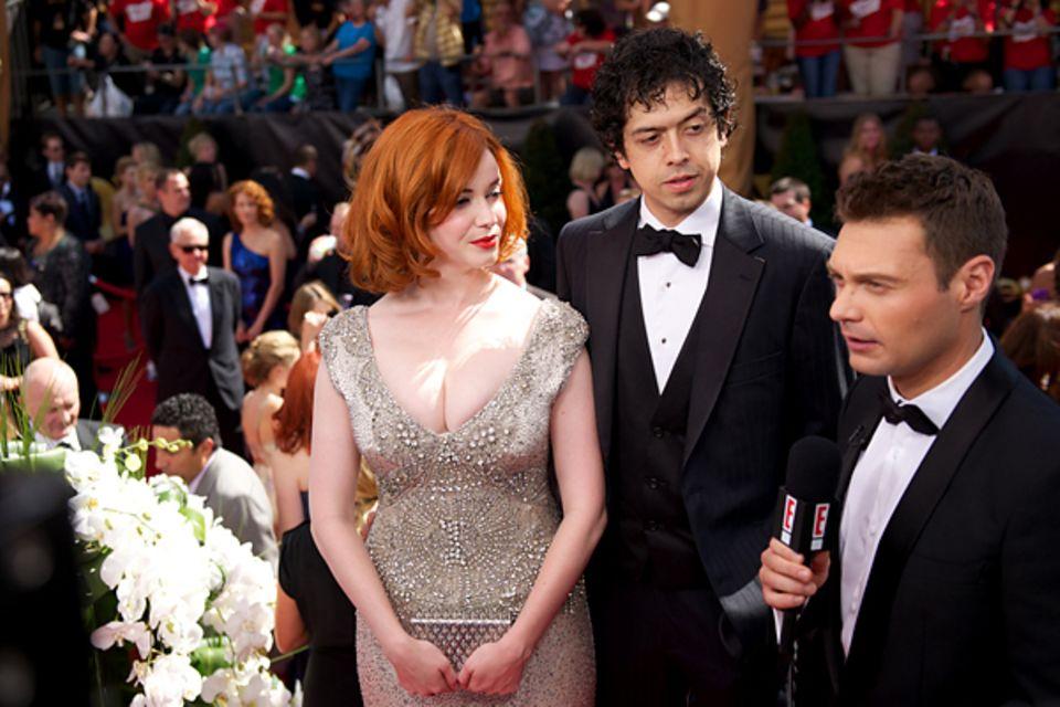Emmy Awards: Christina Hendricks und Geoffrey Arend werden am roten Teppich von Ryan Seacrest interviewt.