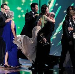"""Emmy Awards: Elisabeth Moss freut sich mit ihren """"Mad Men""""-Kollegen über den Award für die """"Beste Drama-Serie""""."""