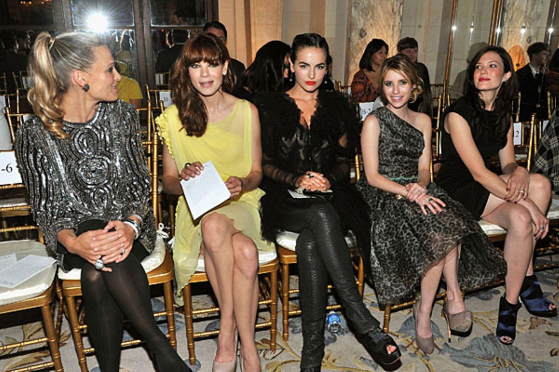 Auf Marchesas goldenen Stühlen haben Molly Sims, Michelle Monaghan, Camilla Belle, Emma Roberts und Mandy Moore (v.l.) Platz gen