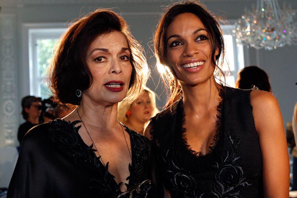 """Fashion Week London: Bianca Jagger und Rosario Dawson kommen bei der """"Julien Macdonald""""- Show an."""