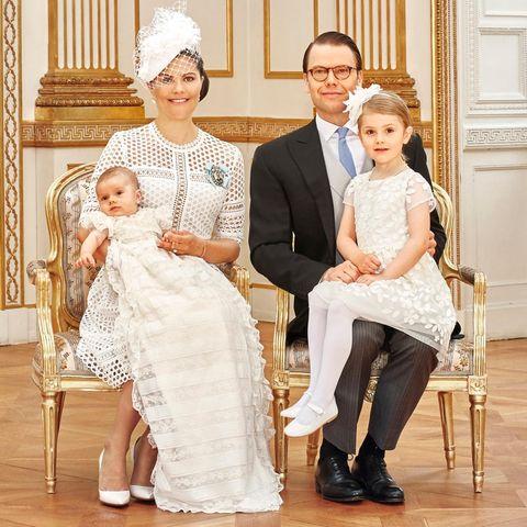 Zwei Tage nach der Taufe gibt es die offiziellen Bilder vom Königshaus. Auf vier Motiven ist der Mini-Prinz jeweils mit den Eltern, Schwester Estelle und Familienmitgliedern zu sehen.