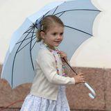 Prinzessin Estelle hat ihren blauen Regenschirm geschultert und marschiert los.