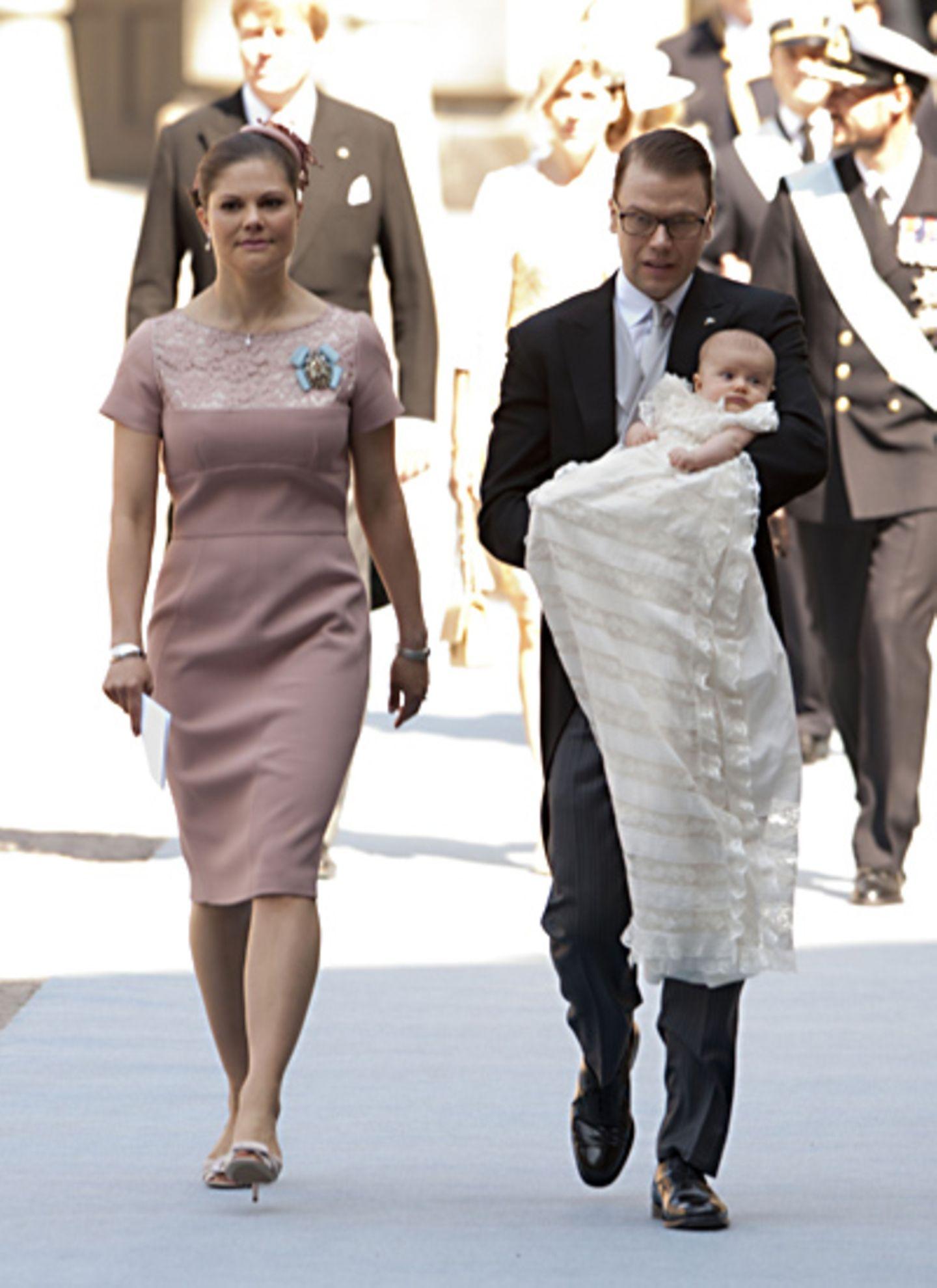 22. Mai 2012: Andächtig sehen Prinzessin Victoria und Prinz Daniel aus, als sie sich mit der kleinen Estelle auf den Weg in die