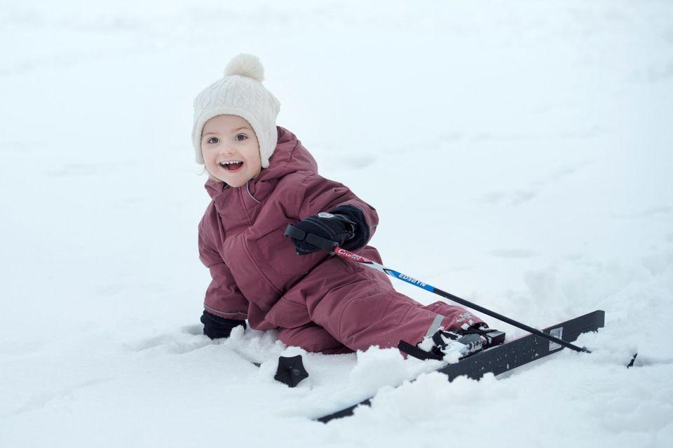 23. Februar 2015   Aber dazu gehört auch mal ein Sturz. Prinzessin Estelle fällt aber sanft in den Schnee und strahlt in die Kamera.