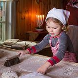 """18. Dezember 2015  Im Stockholmer Freilichtmuseum """"Skansen"""" wurde die Weihnachtszeit eingeläutet. Das lässt sich auch die schwedische Königsfamilie rund um Kronprinzessin Victoria nicht nehmen, um sich in Festtagsstimmung versetzen zu lassen. In der Bäckerstube auf dem Hof Älvrosgården bereitet die kleine Estelle Teig für Tunnbröd, ein traditionelles dünnes Brot, vor."""