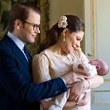 26. März 2012: Die ersten offiziellen Bilder von Prinzessin Estelle, Victoria und Daniel sind da! Drei Wochen alt ist die kleine