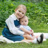 6. Juni 2016  Mit diesem entzückenden Foto von den Geschwistern Prinz Oscar und Prinzessin Estelle, sendet das Königshaus Grüße an das schwedische Volk. Ganz nebenbei erfreuen wir uns hier auch darüber.