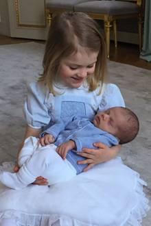Prinzessin Estelle hält ihren kleinen Bruder Oscar liebevoll im Arm. Das Foto veröffentlichte das schwedische Königshaus auf Facebook und bedankt sich für die Glückwünsche zu Estelles Geburtstag und Oscars Geburt.