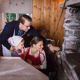 18. Dezember 2015  Die Spannung steigt! Zusammen mit ihren Eltern, Prinzessin Victoria und Prinz Daniel, beobachtet die kleine Estelle ihr Brot im Ofen. Ob das was wird?