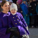 12. März 2015  Mutter und Tochter tragen einen Wintermantel in dunklem Lila.