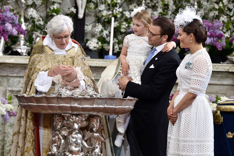 Estelle hat alles genau im Blick, als die Erzbischöfin über Oscars Kopf das Wasser tröpfeln lässt.