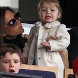 9. März 2013: Fast schon ungewöhnlich mädchenhaft wirkt Harper Beckham in dem neigen Mäntelchen mit Seidenrosen-Applikationen.