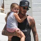 Passend zum Stil von Papa David Beckham trägt Harper sportliche Shorts und ein Top. Gemeinsam mit Bruder Cruz und Hund Coco besuchen die beiden den Tierarzt in Santa Monica.