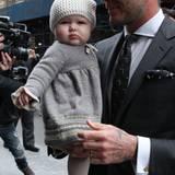 Harper Seven in weicher Wolle von Kopf bis Fuß - natürlich farblich abgestimmt auf Daddy Beckhams Anzug. Ihre obligatorische Haa