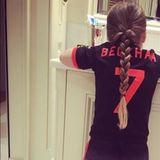 Trikot statt Pyjama - Harper Beckham trägt das alte Manchester United Trikot ihres Vaters David.