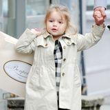 Shoppen mit Papa David findet die kleine Harper Beckham jetzt schon toll, und ihre Tüte trägt sie natürlich selbst. Im Mini-Trenchcoat und kariertem Kleid sieht sie dabei auch ganz besonders lässig aus.