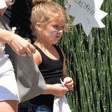 """Harper Beckham alias """"Little Miss Cool"""" spaziert in niedlicher Jeans und mit Tanktop durch die Gegend. Farbenfrohe Gesichtsfarben und bequeme Lederballerinas runden den Freizeitlook der kleinen Fashionista ab."""