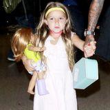 Die Nägel bunt lackiert, ein gelbes Stirnband und eine pinke Kette - So stylish geht Beckham-Töchterchen Harper mit ihrer Familie auf Reisen.