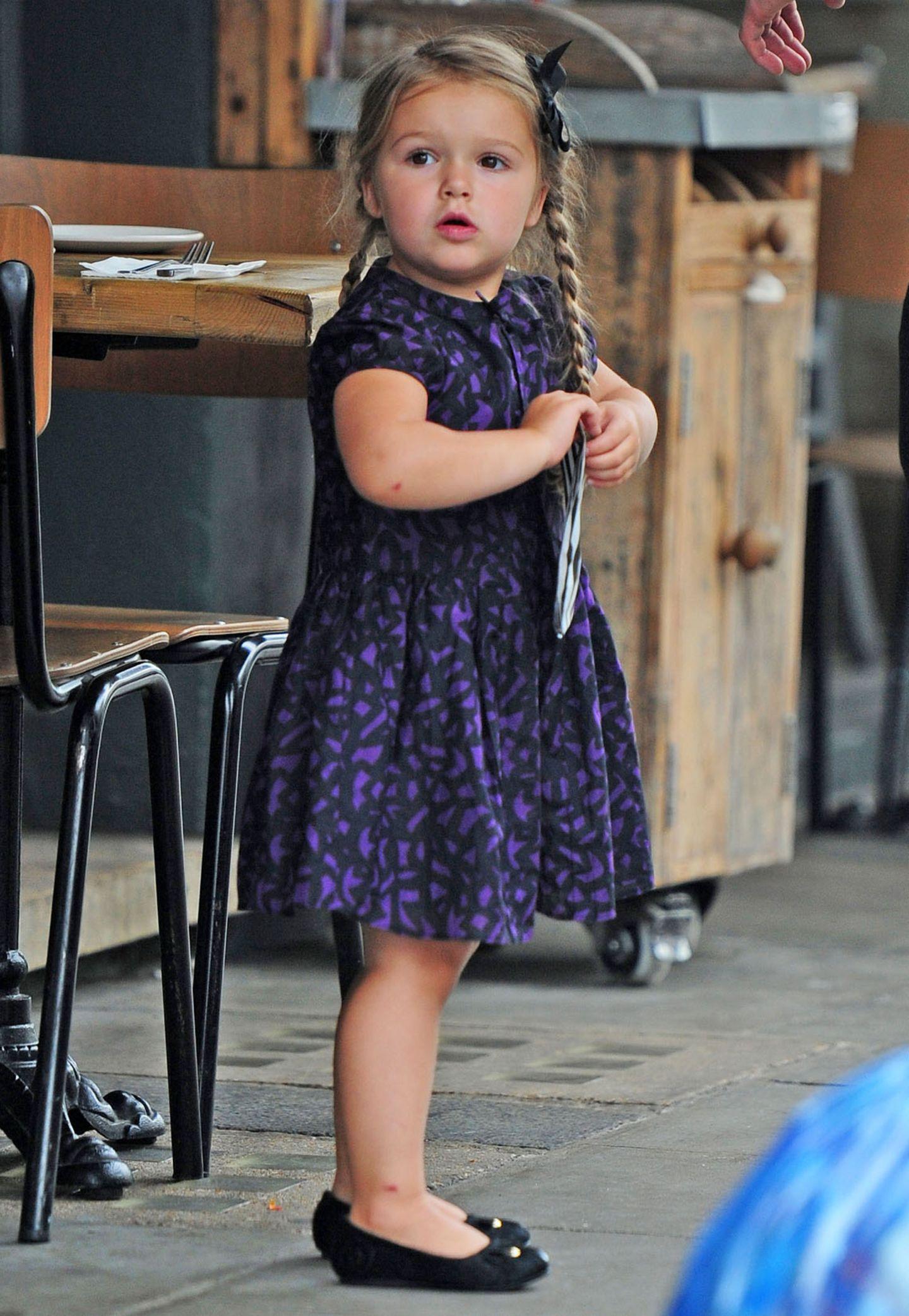 Wem würde beim Anblick der kleinen Harper Beckham im schicken schwarz-lila Kleidchen, Ballerinas und ihrer neuen Lieblingfrisur, Zöpfe mit Schleifchen nicht das Herz aufgehen. Unseres jedenfalls ist ganz weit offen.