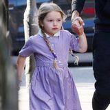 So zuckersüß! Mit ihren Zöpfchen und dem süßen Kleidchen könnte Harper glatt als kleine Puppe durchgehen.