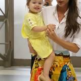 Die Farbe Gelb steht der kleinen Harper genauso gut wie Mama Victoria Beckham. Und die Schleifchen am Ärmel machen das schlichte Sommerkleid richtig mädchenhaft.