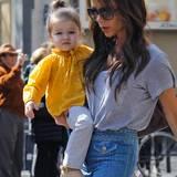 Wie eine kleine Sonne leuchtet Harper in der gelben Leinenbluse. Passend lässig dazu Mama Victorias T-Shirt-Jeans-Look.