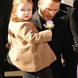Modische Minis: 10. Februar 2013: Strumphose und die Reiterjacke aus hellbraunem Tweed und Samt sind farblich gut abgestimmt, und wenn Papa Beckham sie trägt, sind Schuhe unnötig.