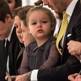 Besonders schick ist Harper für die Fashion Show von Mama Victoria Beckham in New York rausgeputzt. Zum grauen Bubikragen-Kleid mit transparenten Ärmeln und Perlenbesatz trägt sie ihren niedlichen Dutt mit Silberschleifchen.